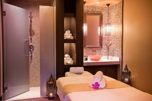 A bathroom at Oaks Ibn Battuta Gate Dubai