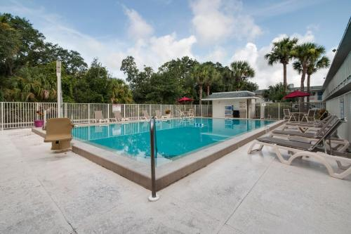 The swimming pool at or close to Motel 6-Kissimmee, FL - Orlando