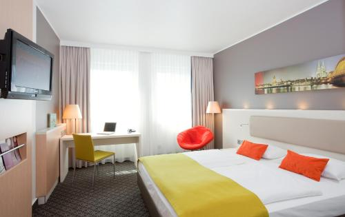 A bed or beds in a room at Mercure Hotel Severinshof Köln City