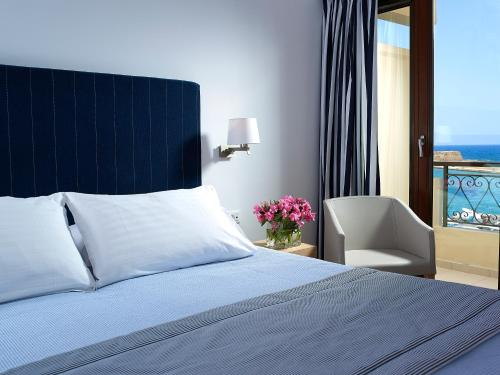 A bed or beds in a room at Porto Veneziano Hotel