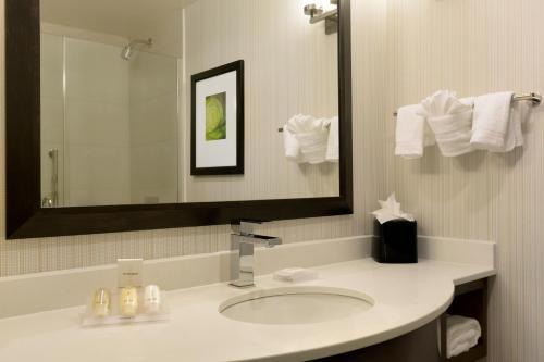 A bathroom at Hilton Garden Inn New York Manhattan Midtown East