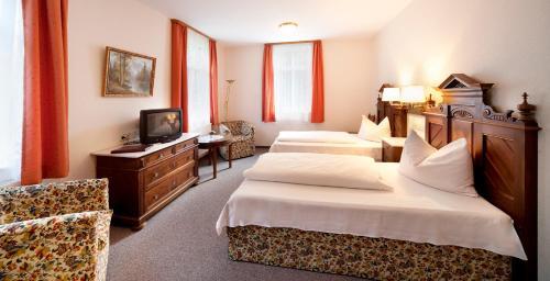 Ein Bett oder Betten in einem Zimmer der Unterkunft Waldgasthof Wildbad