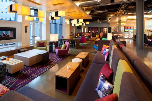 A restaurant or other place to eat at Aloft San Francisco Airport