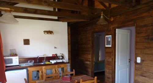Una cocina o kitchenette en Cabañas El Puesto Sur