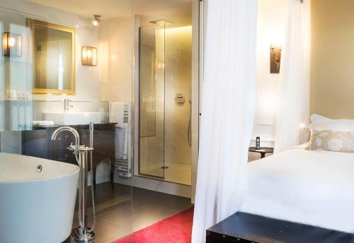 A bathroom at Hôtel Molière