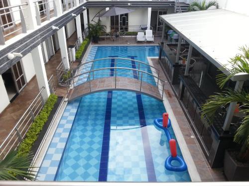 Вид на бассейн в Confort Plaza Hotel или окрестностях