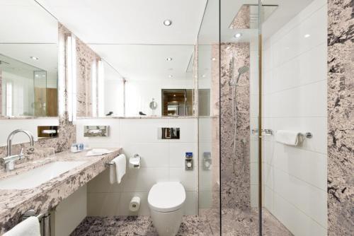 A bathroom at Maritim Hotel Bad Homburg