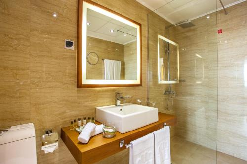 A bathroom at Landmark Creek Hotel & Wellness