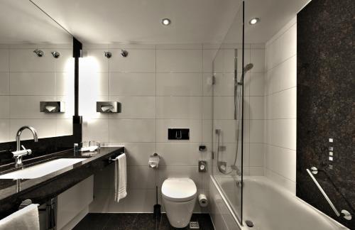 A bathroom at Maritim Hotel Köln