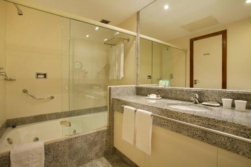 A bathroom at Windsor Astúrias