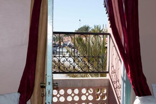 A balcony or terrace at Hotel Bab Sahara