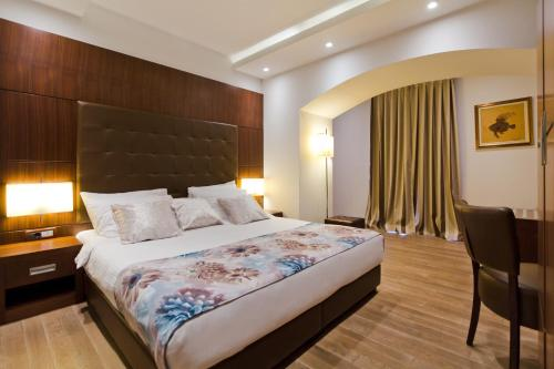 A bed or beds in a room at Boutique Hotel Mauro