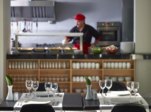 En restaurang eller annat matställe på Oktober Downtown Rooms