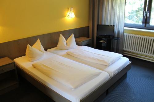 Ein Bett oder Betten in einem Zimmer der Unterkunft Hotel Grunewald