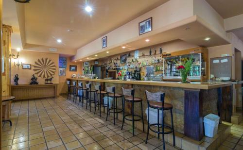 El salón o zona de bar de Hotel Riopar Spa