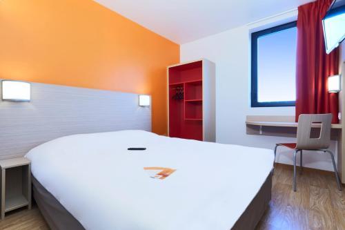 A bed or beds in a room at Premiere Classe Bordeaux Ouest - Mérignac Aéroport
