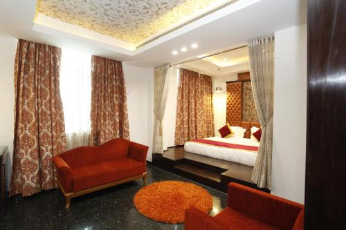 A seating area at Hotel Saffron Leaf