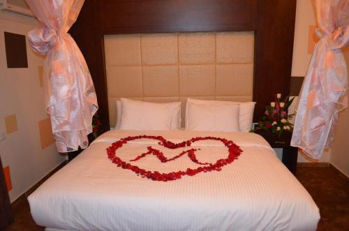 Cama ou camas em um quarto em Arka Al Agniha Furnished Units