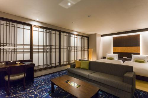 A seating area at Hotel Ryumeikan Ochanomizu Honten