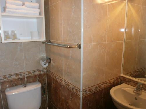 A bathroom at Hôtel Claridge's