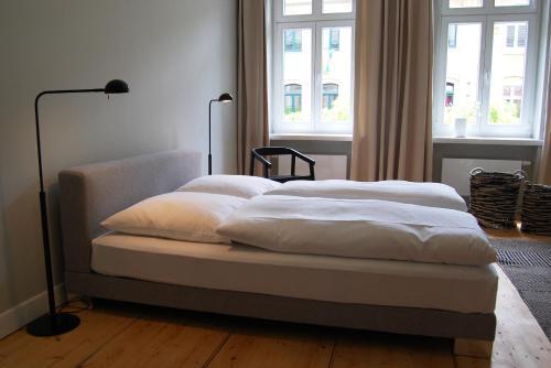 Ein Bett oder Betten in einem Zimmer der Unterkunft SCHÖNER WOHNEN IM DENKMAL - großzügig geschnitten, kostenfreies WLAN