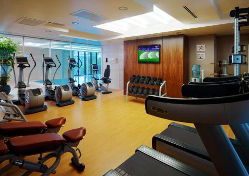 The fitness centre and/or fitness facilities at Novosibirsk Marriott Hotel