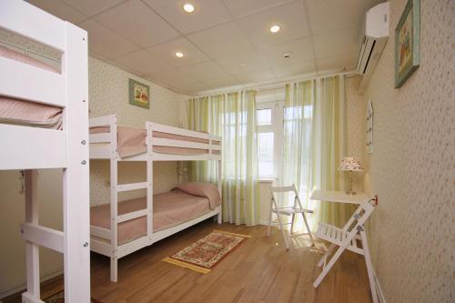 Двухъярусная кровать или двухъярусные кровати в номере FullHouse Hostel