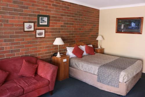 A bed or beds in a room at Bendigo Haymarket Motor Inn