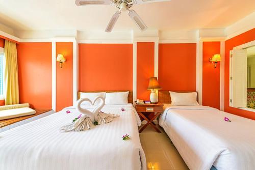 Een bed of bedden in een kamer bij Andaman Seaview, Karon Beach - SHA Plus