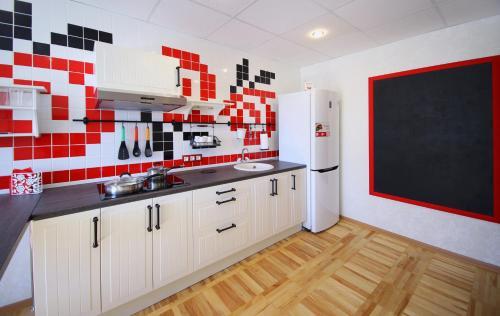 Кухня или мини-кухня в FullHouse Hostel