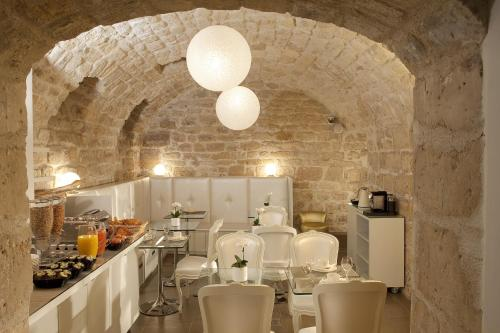 A restaurant or other place to eat at Hôtel Caron
