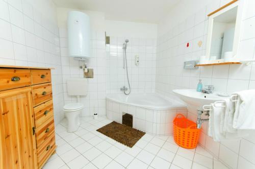 A bathroom at Zur Steirerstub'n