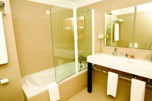 A bathroom at White Waters Hotel