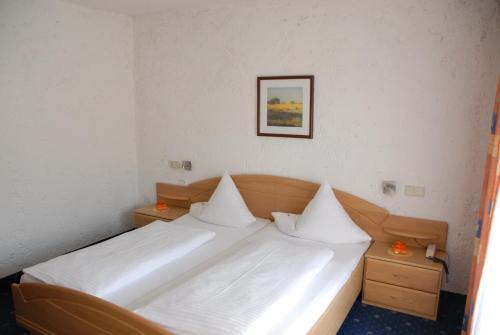 Ein Bett oder Betten in einem Zimmer der Unterkunft Hotel Edelweiss