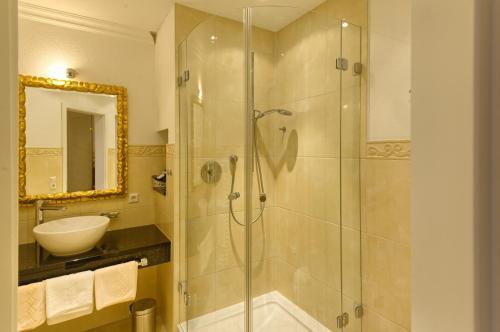A bathroom at Hotel & Restaurant Kaiserhof