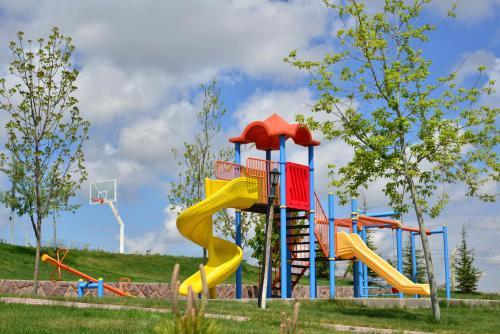 Ein Kinderspielbereich in der Unterkunft Doc's Wellness & Spa Hotel