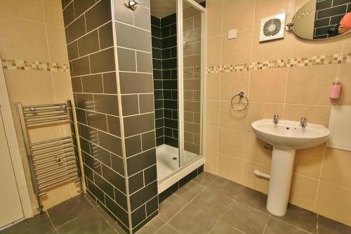 A bathroom at Central Hotel Cheltenham by Roomsbooked