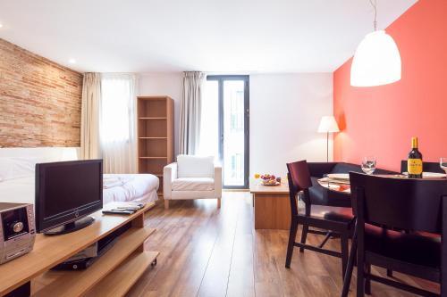 Una televisión o centro de entretenimiento en Inside Barcelona Apartments Sants