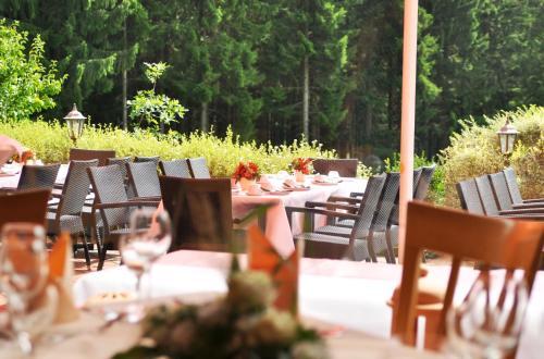 Ein Restaurant oder anderes Speiselokal in der Unterkunft Hotel Landhaus Berghof