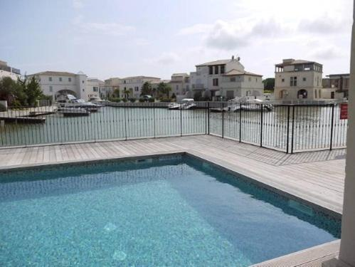The swimming pool at or near Villa Aigues Mortes
