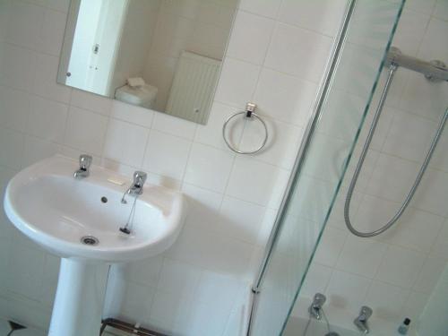 A bathroom at Ramsay Arms Hotel