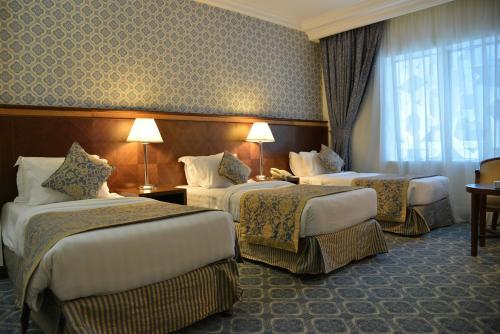 Um quarto em Nozol Royal Inn Hotel