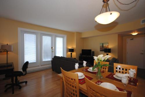 A restaurant or other place to eat at Premiere Suites - Moncton, Assomption Boulevard