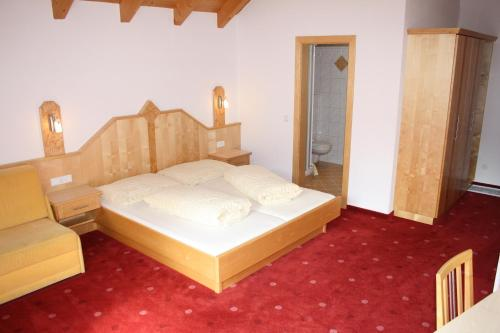 A bed or beds in a room at Apart Garni Mulin