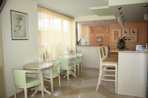 A restaurant or other place to eat at Hotel Acropolis