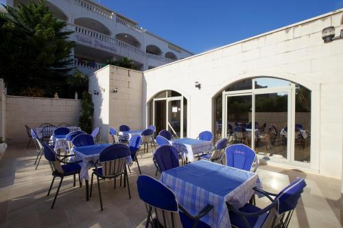 Ein Restaurant oder anderes Speiselokal in der Unterkunft Hotel Villa Daniela