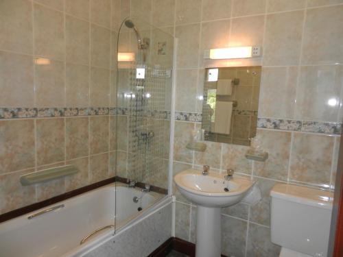 A bathroom at Morangie Hotel Tain