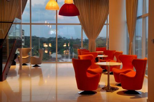 The lounge or bar area at Cinnamon Red Colombo