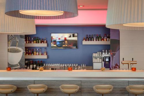 De lounge of bar bij IntercityHotel Enschede