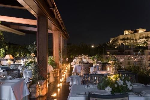 Un restaurante o sitio para comer en Royal Olympic Hotel